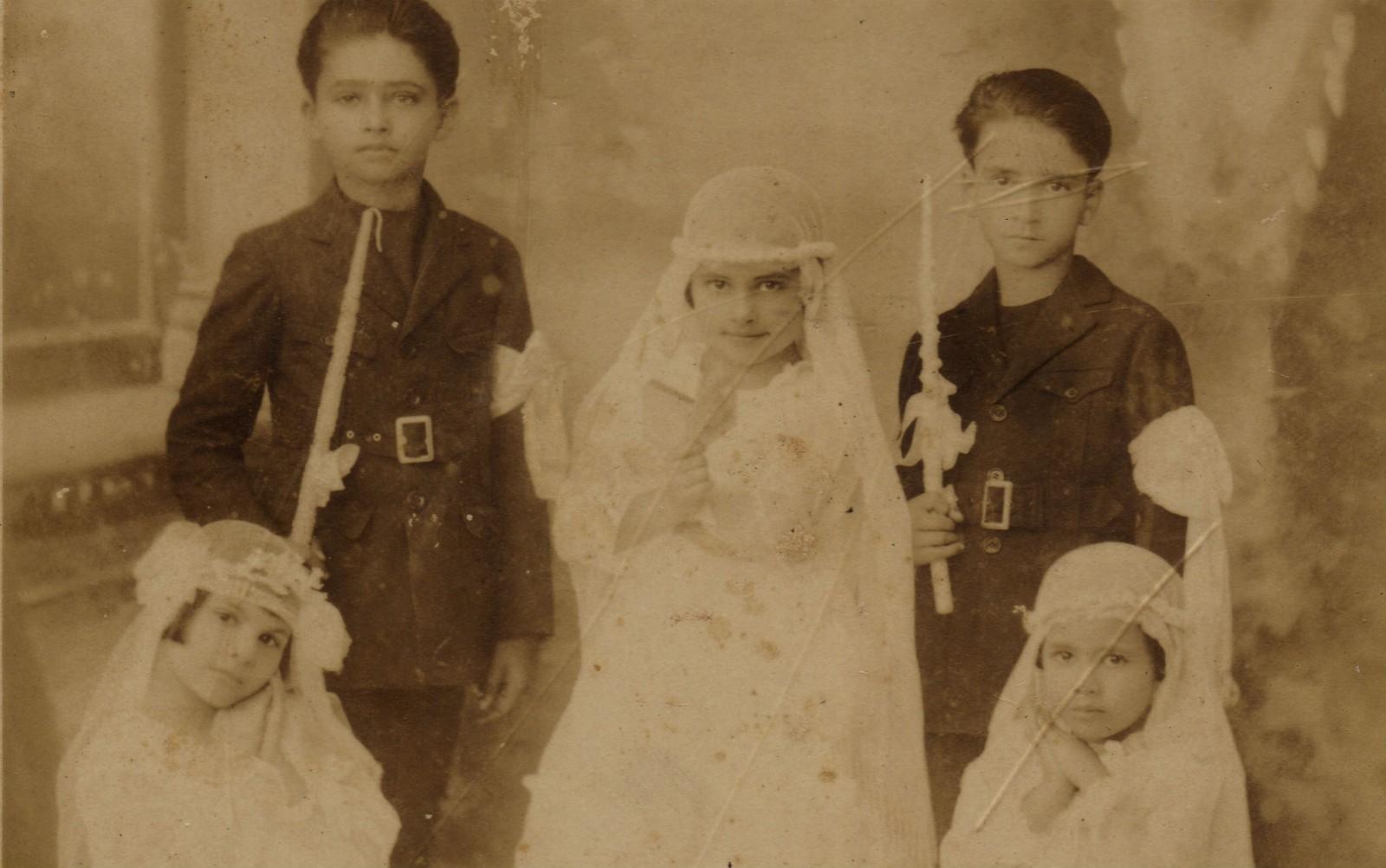 Ao meio, de branco, Irmã Dulce na primeira comunhão, em 1922 — Foto Divulgação Obras Sociais Irmã Dulce